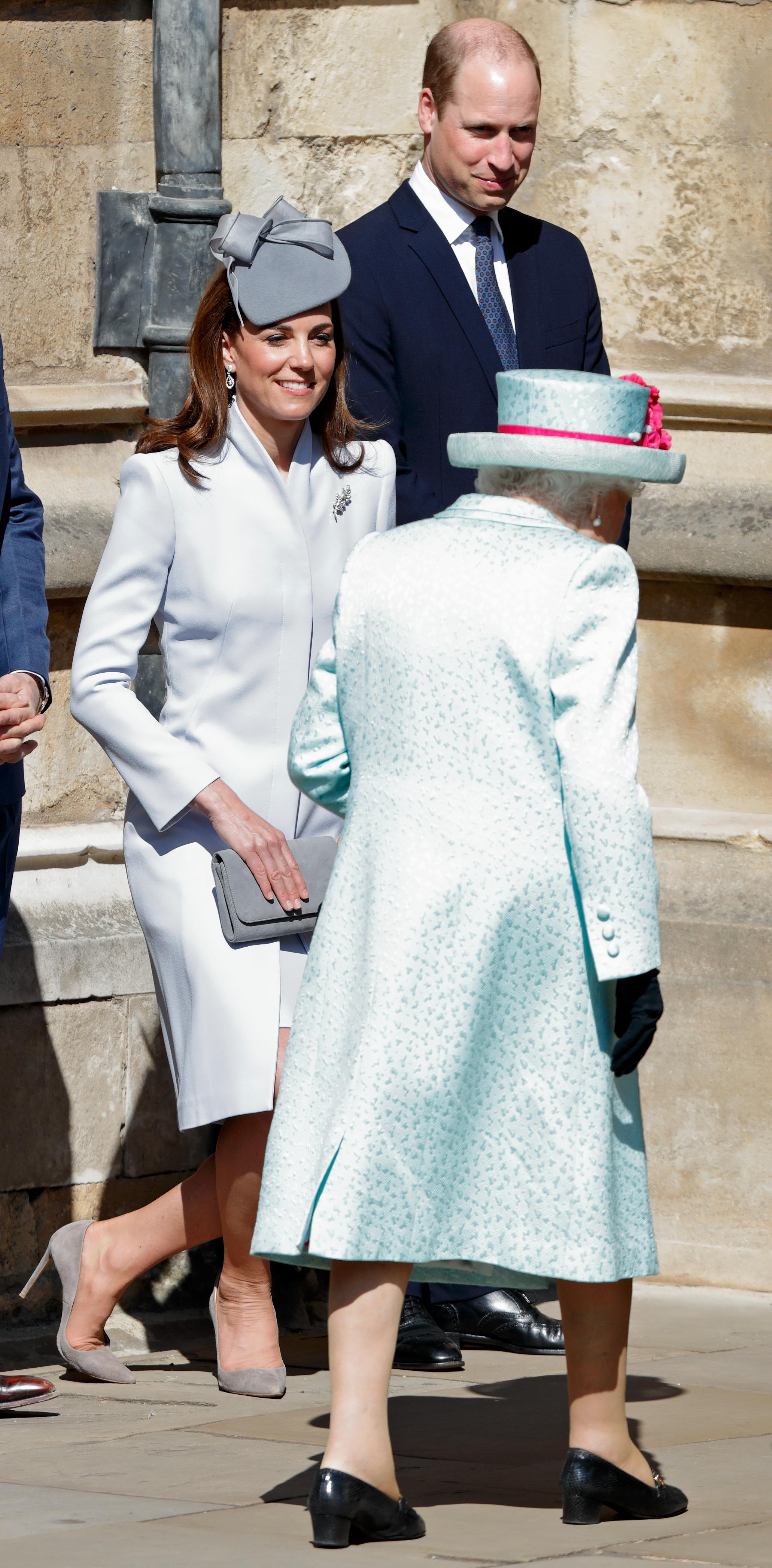 kate middleton curtsying queen elizabeth