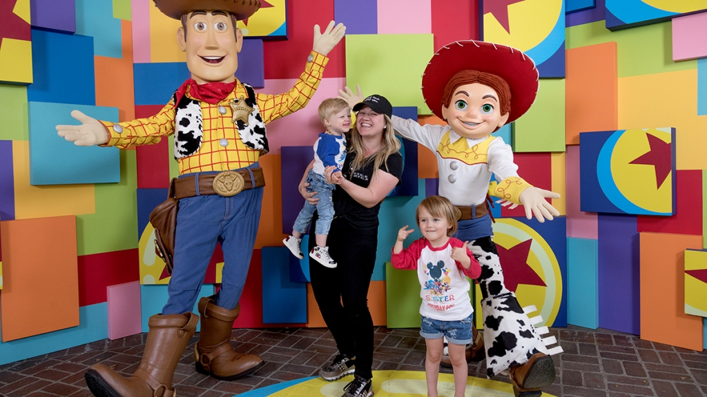 Kelly Clarkson with her kids
