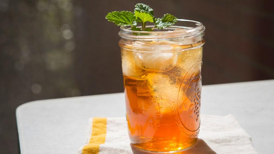 Mason jar of iced sweet tea